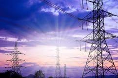 Pilone ad alta tensione di elettricità contro cielo blu Immagini Stock