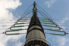 Pilone ad alta tensione di elettricità contro cielo blu Fotografie Stock