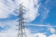 Pilone ad alta tensione di elettricità della trasmissione con il backgr del cielo blu Immagini Stock Libere da Diritti