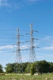 Pilone ad alta tensione di elettricità della trasmissione con il backgr del cielo blu Fotografia Stock
