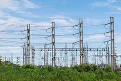 Pilone ad alta tensione di elettricità della trasmissione con il backgr del cielo blu Immagine Stock Libera da Diritti