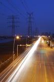 pilone ad alta tensione di elettricità nel lato della strada principale Immagine Stock Libera da Diritti