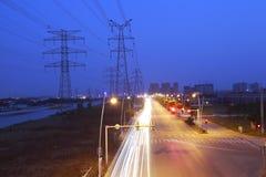 pilone ad alta tensione di elettricità nel lato della strada principale Fotografie Stock Libere da Diritti