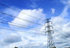 Pilone ad alta tensione di elettricità sul cielo luminoso Immagini Stock Libere da Diritti