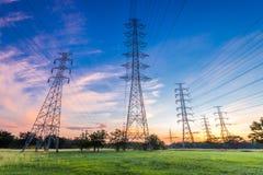 Pilone ad alta tensione di elettricità sul fondo di alba Fotografie Stock Libere da Diritti