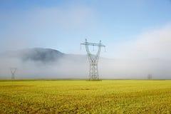 Pilone ad alta tensione di grande elettricità con le linee elettriche Fotografie Stock Libere da Diritti