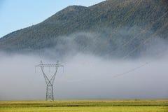 Pilone ad alta tensione di grande elettricità con le linee elettriche Immagini Stock