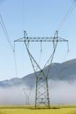 Pilone ad alta tensione di grande elettricità con le linee elettriche Fotografia Stock Libera da Diritti