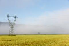Pilone ad alta tensione di grande elettricità con le linee elettriche Immagine Stock Libera da Diritti