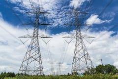 Pilone ad alta tensione di potere contro cielo blu Fotografia Stock