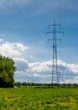 Pilone ad alta tensione nel paesaggio soleggiato Fotografie Stock