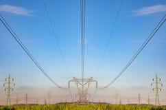 Pilone ad alta tensione sul fondo dei cieli, linea di trasmissione torre Fotografia Stock