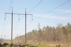 Pilone ad alta tensione vicino all'autostrada Fotografie Stock Libere da Diritti