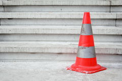 Pilone arancione di sicurezza sulle scale Fotografia Stock