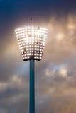 Pilone chiaro ad uno stadio di sport al tramonto Immagini Stock Libere da Diritti