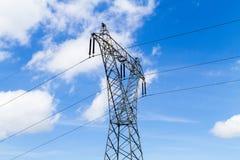 Pilone d'acciaio con i powerlines ad alta tensione di distribuzione Fotografia Stock