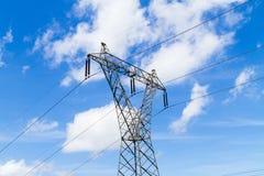 Pilone d'acciaio con i powerlines ad alta tensione di distribuzione Fotografia Stock Libera da Diritti