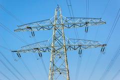 Pilone d'acciaio di potere e linee ad alta tensione Immagine Stock Libera da Diritti