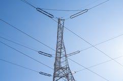 Pilone di elettricità, cavi elettrici Immagine Stock
