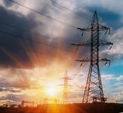 Pilone di elettricità con dopo il cielo della pioggia Torre elettrica ad alta tensione con il bello fondo del cielo dopo la piogg Fotografia Stock Libera da Diritti