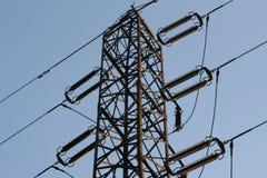 Pilone di elettricità con la fine di tensione sul silho Fotografia Stock