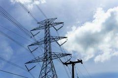 pilone di elettricità e linea di trasmissione ad alta tensione con bei cielo blu e nuvola nel giorno soleggiato Immagini Stock