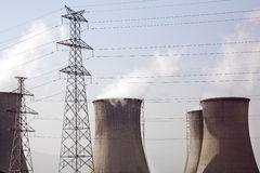 Pilone di elettricità e torre di raffreddamento Fotografie Stock Libere da Diritti