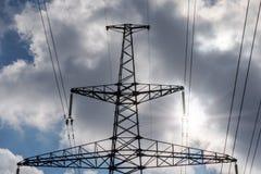 Pilone di elettricità profilato sul fondo del cielo blu Torretta ad alta tensione immagini stock