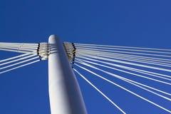 Pilone e cielo blu del ponticello Immagini Stock