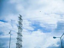 Pilone e linea elettrica di alta tensione in cielo nuvoloso Fotografie Stock Libere da Diritti