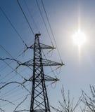 Pilone e sole di elettricità fotografia stock
