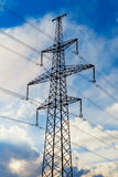 Pilone elettrico ad alta tensione di energia della torre della trasmissione Immagini Stock