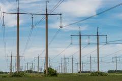 Pilone elettrico ad alta tensione di energia della torre della trasmissione Immagine Stock