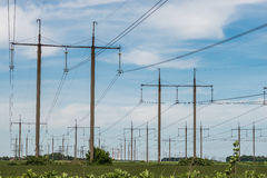 Pilone elettrico ad alta tensione di energia della torre della trasmissione Fotografia Stock
