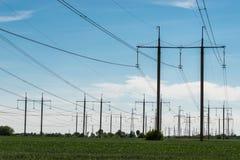 Pilone elettrico ad alta tensione di energia della torre della trasmissione Immagini Stock Libere da Diritti
