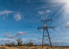 Pilone elettrico ad alta tensione di energia della torre della trasmissione Fotografia Stock Libera da Diritti