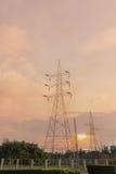 Pilone elettrico al tramonto Fotografia Stock