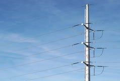 Pilone elettrico bianco su cielo blu Fotografie Stock