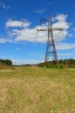 Pilone elettrico della trasmissione nel campo Fotografia Stock Libera da Diritti