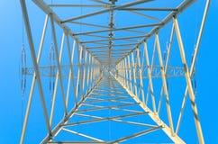 Pilone simmetrico verso l'alto contro il cielo blu di inverno Immagine Stock Libera da Diritti