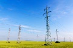 Pilones de alto voltaje de la electricidad Fotografía de archivo