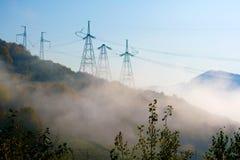 Pilones de alto voltaje de la electricidad Fotos de archivo libres de regalías