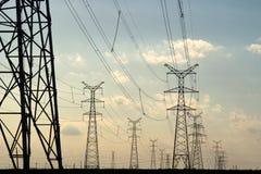 Pilones de alto voltaje de la potencia Foto de archivo