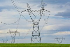 Pilones de alto voltaje del poder Fotografía de archivo