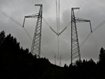 Pilones de alto voltaje para la electricidad Foto de archivo libre de regalías