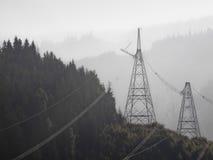 Pilones de alto voltaje para la electricidad Imagen de archivo