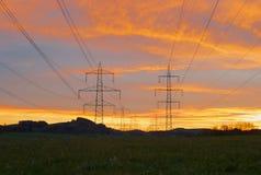 Pilones de Electric Power en luz hermosa de la mañana fotos de archivo