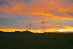 Pilones de Electric Power en luz hermosa de la mañana fotografía de archivo