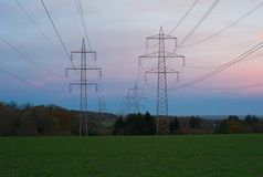 Pilones de Electric Power en luz hermosa de la mañana imagen de archivo libre de regalías