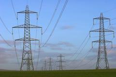 Pilones de la electricidad. Fotos de archivo